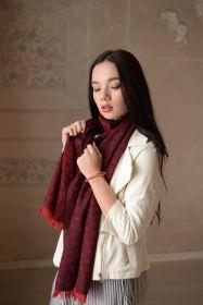 тонкий широкий легкий шарф с узором ПЕЙСЛИ ДОТ Бордо и Синий и эффектом ПЕРЕЛИВ ЦВЕТА, 100% шерсть мериноса  PAISLEY DOT RED NAVY плотность 3